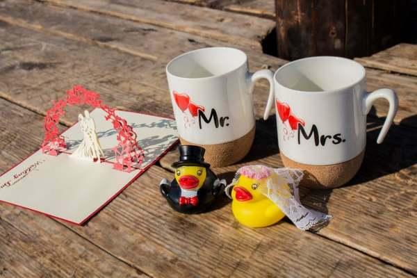 Geschenke Set - Badeenten Brautpaar und Tassen als coole Hochzeitsgeschenke