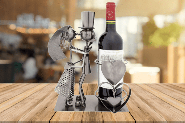 Weinflaschenhalter mit Liebespaar als Hochzeitsgeschenk